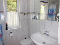 Duschbad mit WC, Waschbecken, Fön, Fenster und Fußbodenheizung - Bild 10: Darssurlaub - Wassergrundstück mit Hund - eingezäunter Terrasse, Angeln
